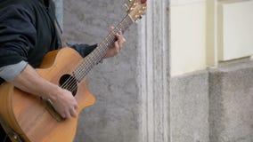 Músico da rua que joga na guitarra acústica Movimento lento video estoque