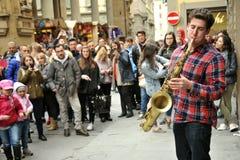 Músico da rua que joga o saxofone em Florença, Itália Foto de Stock