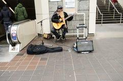 Músico da rua que joga seus instrumentos de música Imagem de Stock