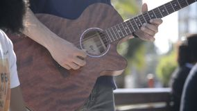 Músico da rua que joga uma guitarra clássica vídeos de arquivo