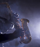 Músico de jazz africano que toca el saxofón Foto de archivo libre de regalías
