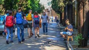 Músico de la calle con los turistas en Tbilisi, Georgia fotografía de archivo libre de regalías