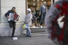 Músico de la calle durante advenimiento Foto de archivo libre de regalías