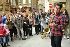 Músico de la calle que juega el saxofón en Florencia, Italia Foto de archivo