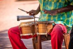 Músico de la calle que juega los tambores en Trinidad Cuba imagenes de archivo