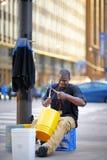 Músico de la calle que juega música rítmica usando los cubos plásticos en la avenida de Michigan en Chicago el 24 de abril de 201 Fotos de archivo