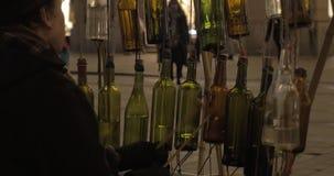 Músico de la calle que se realiza con las botellas de cristal almacen de video