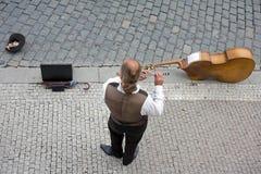 Músico de la calle situado en Praga, República Checa Fotos de archivo