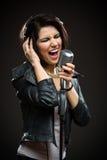 Músico de la roca con el mic y los auriculares Fotografía de archivo libre de regalías
