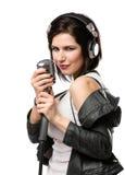 Músico de la roca con el micrófono y los auriculares Fotografía de archivo