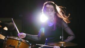 Músico de la roca de la muchacha - ejecución femenina del batería, a cámara lenta metrajes