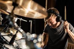 Músico de sexo masculino que toca los tambores y los platillos en el concierto Fotografía de archivo