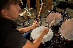 Músico de sexo masculino que toca los tambores y los platillos en el concierto Imágenes de archivo libres de regalías