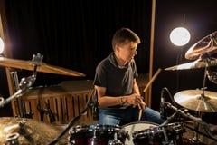 Músico de sexo masculino que toca los tambores y los platillos en el concierto Imagen de archivo libre de regalías
