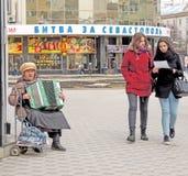 Músico del acordeón de las mujeres de la calle Imágenes de archivo libres de regalías