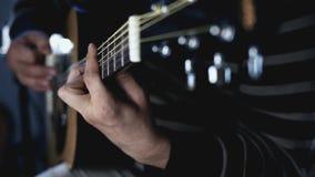 Músico del guitarrista que juega en la guitarra acústica El guitarrista juega música Jugar música de la guitarra metrajes