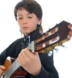 Músico del niño pequeño que toca la guitarra Fotografía de archivo libre de regalías