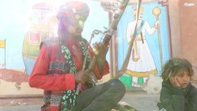 Músico desconocido de la calle que toca su instrumento musical almacen de video