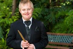 Músico discapacitado en traje negro. Imagen de archivo libre de regalías