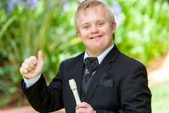 Músico discapacitado que hace los pulgares para arriba. Imagen de archivo