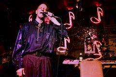 Músico dos azuis que joga na sala de estar dos vermelhos em Clarksdale, Mississippi foto de stock royalty free