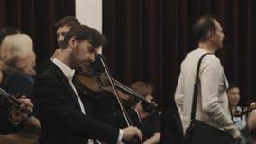 Músico en el violín de adaptación de la camisa blanca negra de la chaqueta que se prepara para el concierto almacen de video