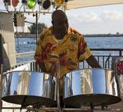 Músico en los tambores de acero Imagenes de archivo