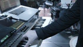 Músico en un sintetizador de moda en un club hermoso almacen de metraje de vídeo