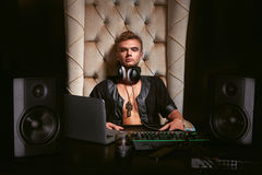 Músico gay joven hermoso DJ en auriculares Imágenes de archivo libres de regalías