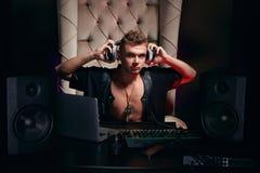 Músico gay joven hermoso DJ en auriculares Foto de archivo