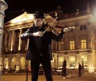 Músico hermoso que juega en el medio de la ciudad Imagen de archivo