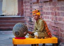 Músico indiano que joga instrumentos musicais Fotografia de Stock Royalty Free