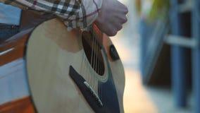 Músico irreconhecível da rua das mãos que joga a guitarra no por do sol vídeos de arquivo