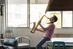 Músico Jazz Instrument Concept da sinfonia do saxofone imagem de stock royalty free
