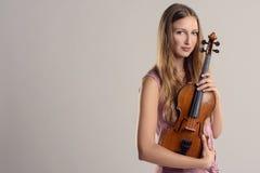 Músico joven atractivo que sostiene su violín Fotos de archivo libres de regalías