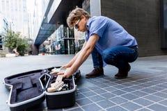 Músico joven con la guitarra en ciudad Imágenes de archivo libres de regalías