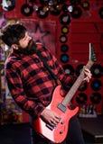 Músico joven de la roca, cantante, concepto talentoso del jugador de Guitar del artista Fotos de archivo