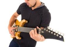 Músico joven latino con la guitarra eléctrica Imagen de archivo libre de regalías