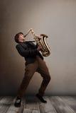 Músico joven que juega en el saxofón Imagen de archivo libre de regalías