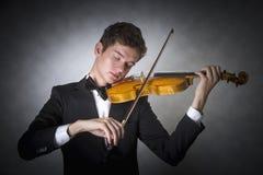 Músico joven que toca el violín Fotos de archivo
