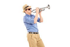Músico joven que toca una trompeta Imágenes de archivo libres de regalías
