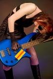 Músico louco com guitarra baixa Fotografia de Stock Royalty Free