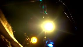 Músico masculino da rocha Balance o solo da guitarra no concerto da música na fase Feche acima do guitarrista do homem que joga a video estoque
