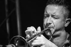 Músico masculino que joga a trombeta imagem de stock