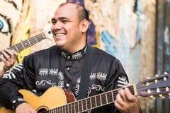 Músico mexicano na rua da cidade foto de stock