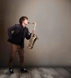 Músico novo que joga no saxofone Imagens de Stock Royalty Free