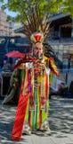 Músico peruano de la calle con la flauta de la cacerola que realiza música y a dan Imágenes de archivo libres de regalías