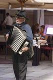 Músico Plays da rua o acordeão em Verona imagens de stock