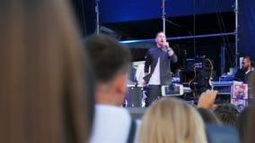 Músico Plays Drums Singing en etapa delante de la audiencia almacen de metraje de vídeo