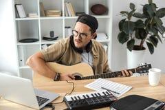 Músico que joga a guitarra imagens de stock royalty free